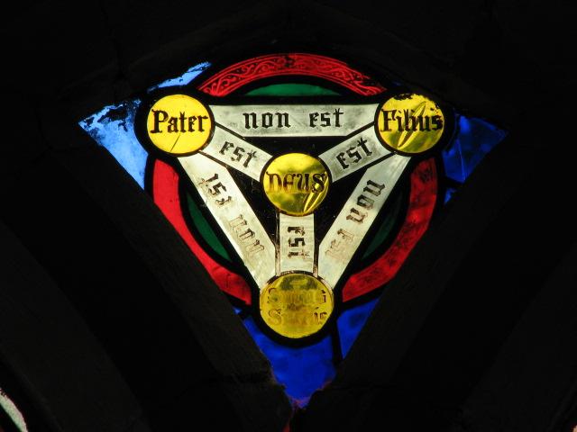 En fremstilling af det såkaldte treenighedsskjold (her fra St Peter's Church, Strumpshaw, Norfolk, England).