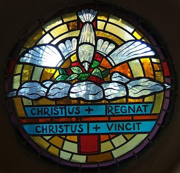 Helligåndsduen. CHRISTUS REGNAT, CHRISTUS VINCIT (Kristus hersker, Kristus sejrer). Glasmosaik fra Skt. Josefs Kirke, Hindenburg/Zabrze, Øvreschlesien, Polen.
